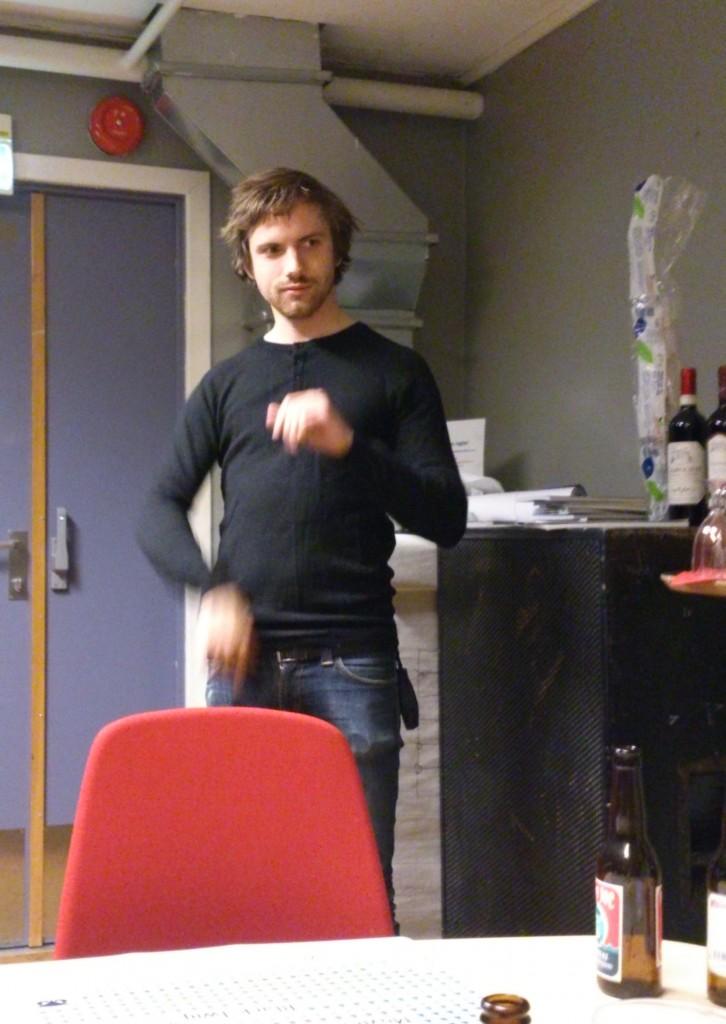 Jonas Barsten varmer opp håndleddene før konserten.