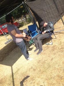 Keeperen på fotballcup-laget mitt ser til den selvutnevnte camping-vakten. Festivalkjærlighet.