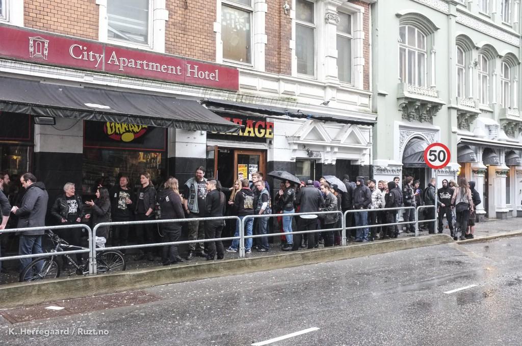 Keep of Kalessin er halvegs i settet sitt, men køen står forventningsfull i regnet.